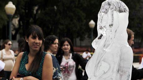 Llegan a Mendoza estatuas de hielo que concientizan sobre el cáncer de piel