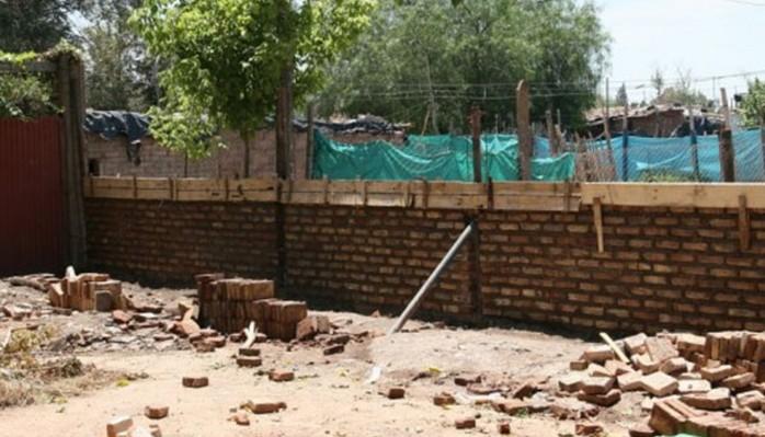 Construyen muro para separar un barrio de una villa en Las Heras