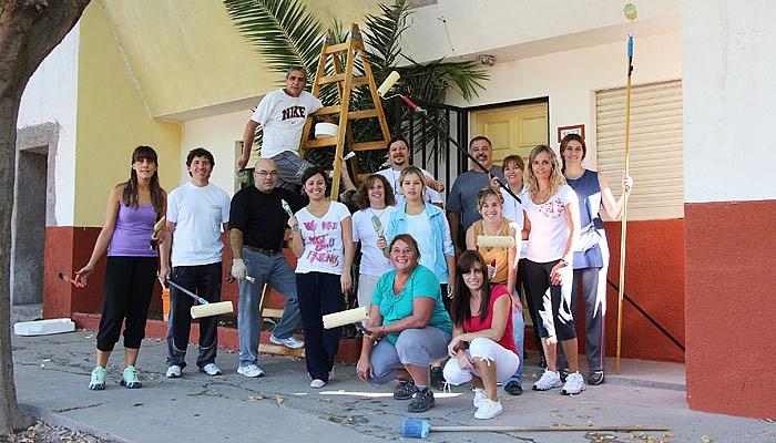 Docentes pintan la escuela de APRID