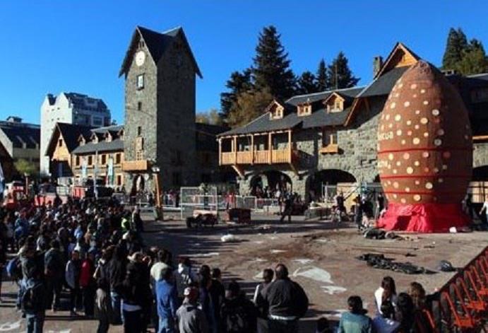 Con un huevo de Pascua de 120 metros, Bariloche festeja la Fiesta del Chocolate