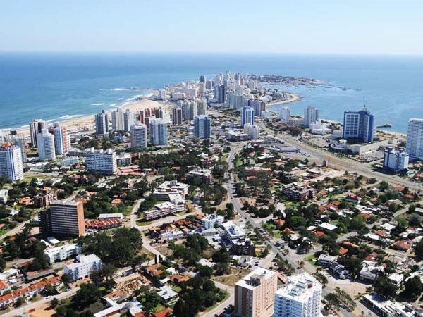 """Uruguay: argentinos podrán alquilar con tarjeta para """"congelar"""" precios"""