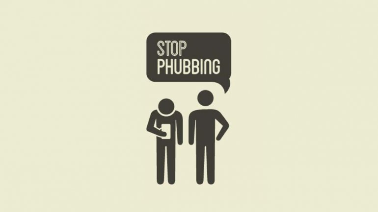 Phubbing, cuando el smartphone es más importante que la compañía en una mesa