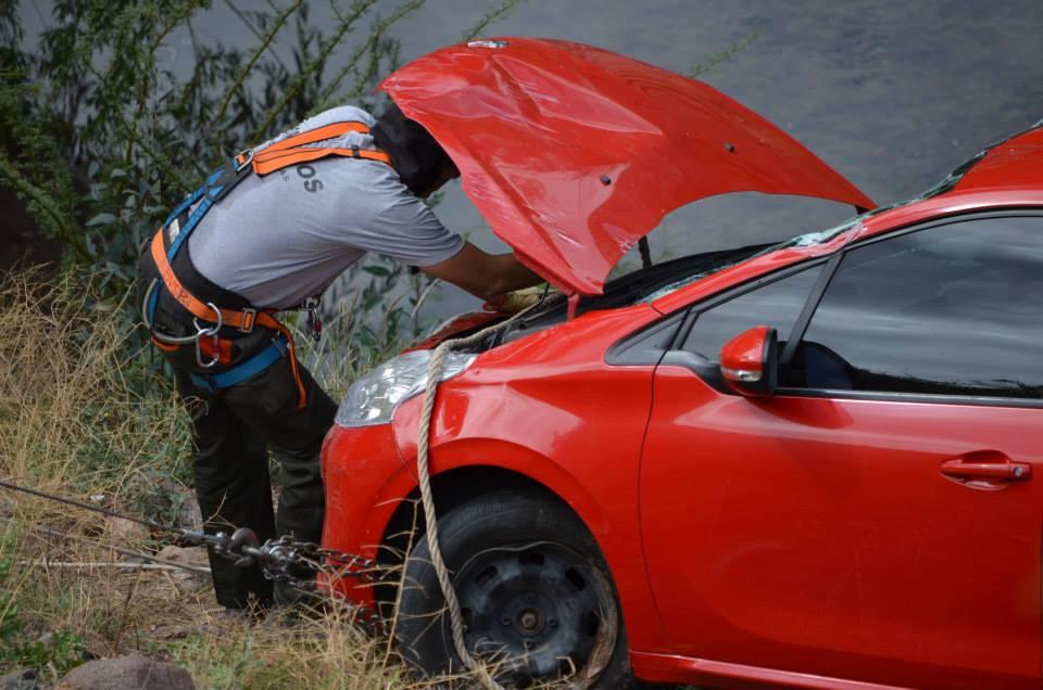 Rescataron Peugeot desbarrancado en Valle Grande