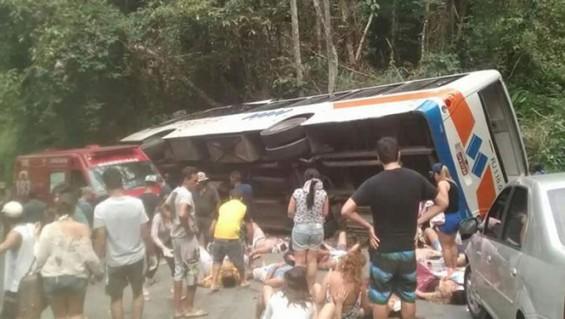 Brasil: 14 muertos al volcar colectivo
