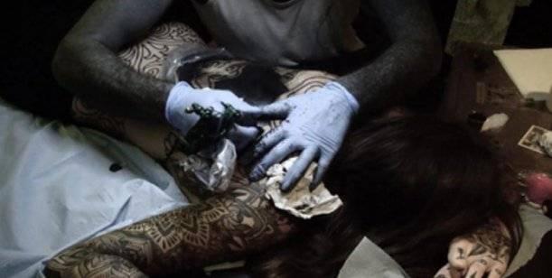 Candelaria Tinelli: en Francia tatuada y desnuda