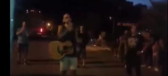 Abel Pintos cantó en la calle