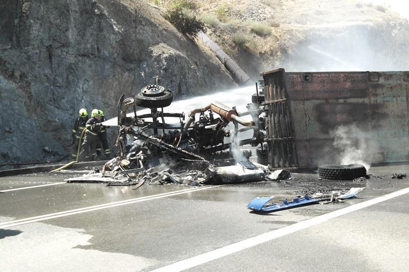 Camionero argentino volcó en autopista chilena