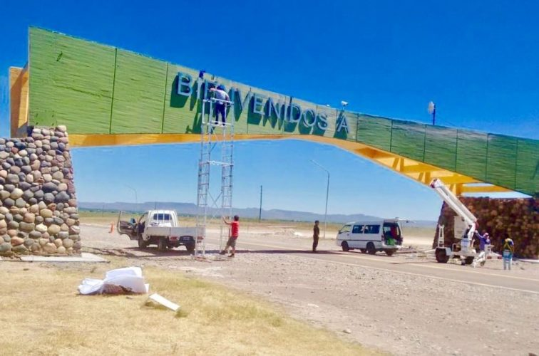 Restauran cartel del Arco de Ingreso a San Rafael