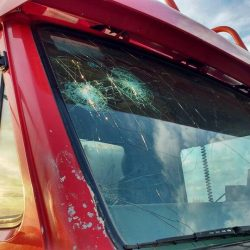 Inadaptados dañan al camión de Bomberos