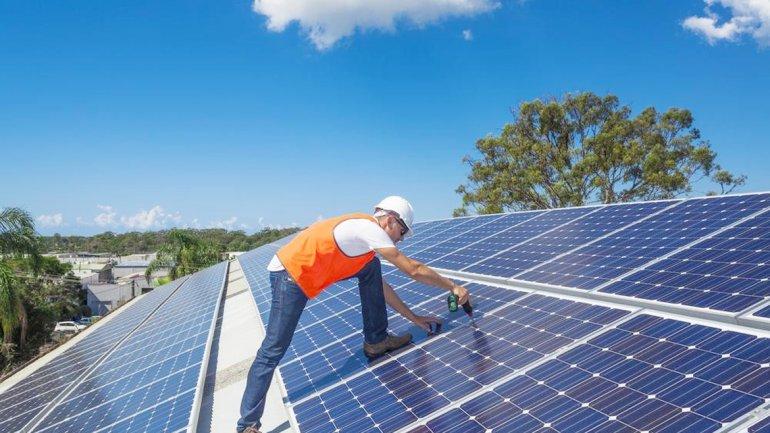 Extranjeros evalúan instalar fábrica de paneles solares