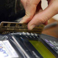 Tarjetas: intereses de hasta 60% por pagar el mínimo