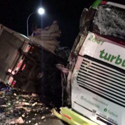 Chile: Chocó colectivo de Turbus con un camión