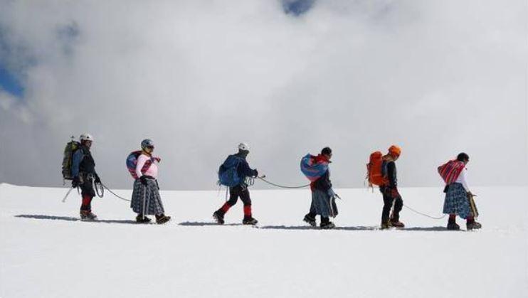 Mujeres con pollera desafían los gigantes nevados en Bolivia