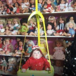 Docente colecciona muñecas en Villa Atuel