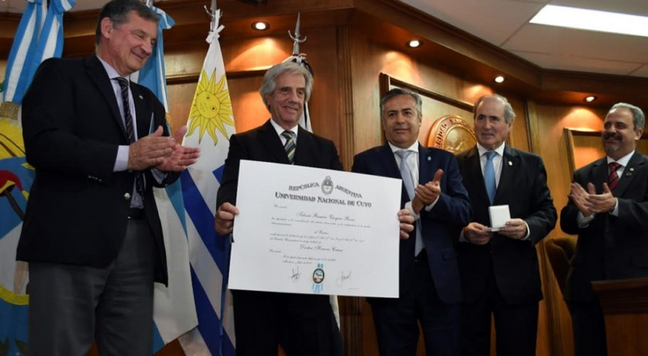 Tabaré Vázquez  fue reconocido con el diploma de Doctor Honoris Causa en la UNCuyo