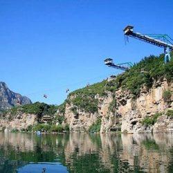 Bungee jumping: se cortó el cable y cayó al río