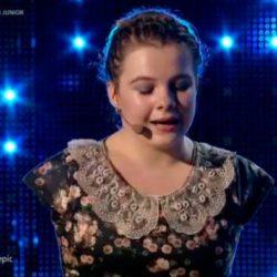 Una niña sin brazos toca el piano y canta celestialmente