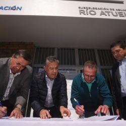 Cornejo firmó el acta de inicio de obra del acueducto Bowen-Canalejas
