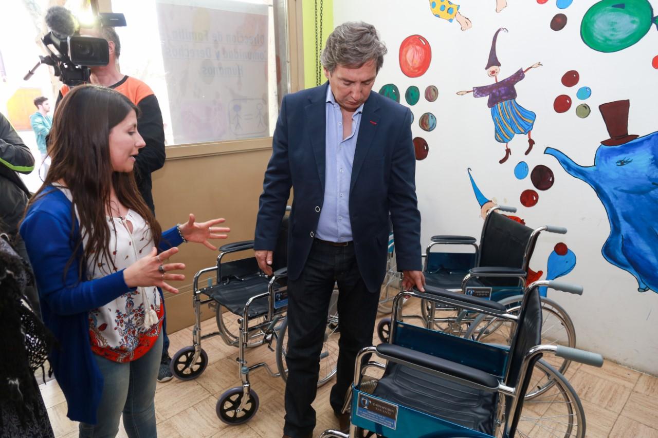 F lix compr 60 nuevas sillas de ruedas para personas con problemas motrices d a del sur noticias - Compro silla de ruedas usada ...