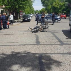 Una moto impactó a un auto