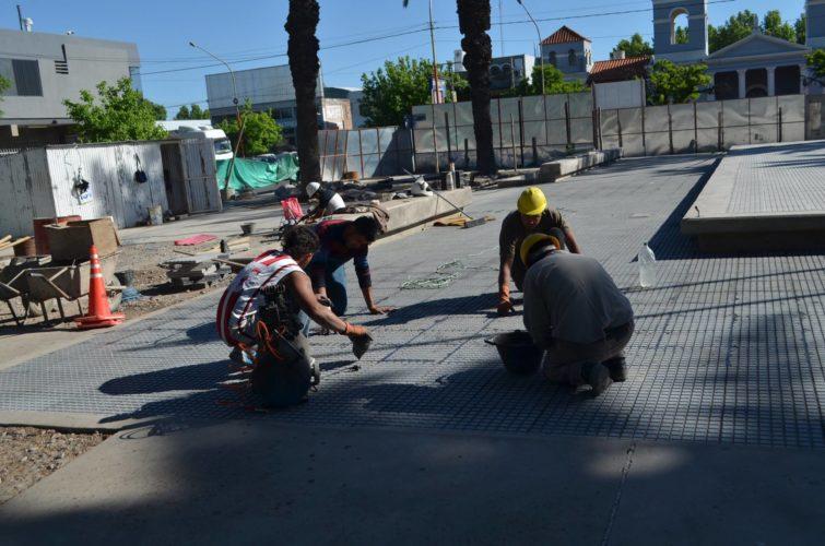 Ultiman trabajos en la plazoleta Sarmiento