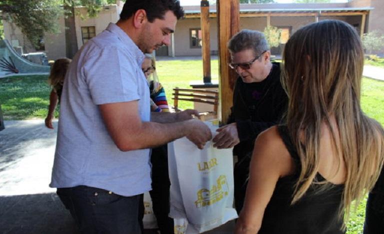 Santaolalla evalúa producir su aceite de oliva y aceto balsámico en Mendoza