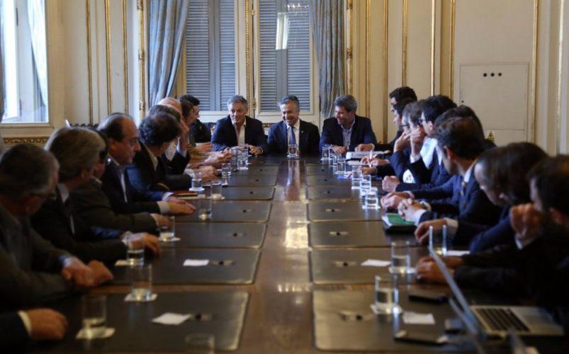 Impuesto al vino: Dujovne no fue a la reunión y Cornejo espera reunirse con Macri
