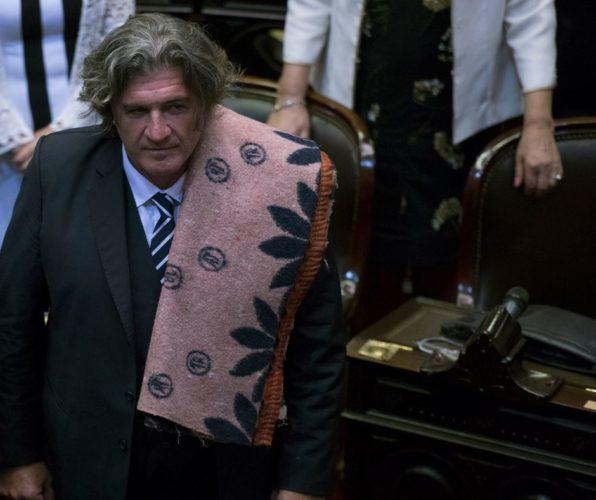 Otro legislador que vota en contra