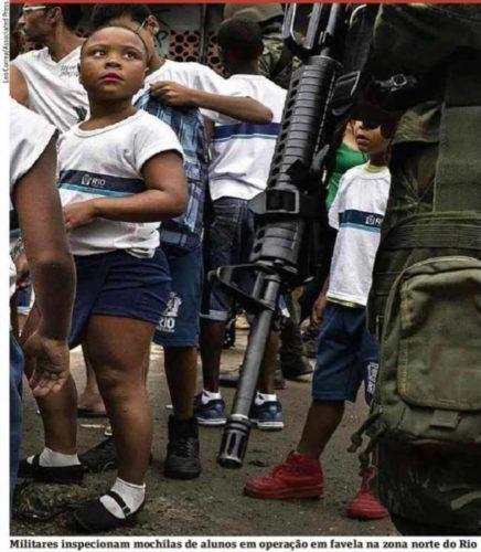 Militares inspeccionan mochilas a alumnos en una favela de Río