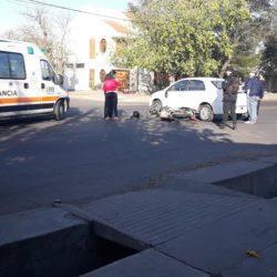Motociclista impactó un auto