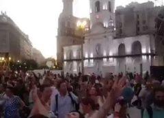 Vigilia del pueblo esperando su Presidente. Videos